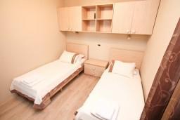 Спальня. Боко-Которская бухта, Черногория, Муо : Современный апартамент для 4-6 человек, с 2-мя отдельными спальнями, с балконом с видом на море, 20 метров до пляжа