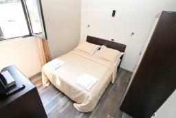 Спальня 2. Боко-Которская бухта, Черногория, Муо : Современный апартамент для 4-6 человек, с 2-мя отдельными спальнями, с балконом с видом на море, 20 метров до пляжа