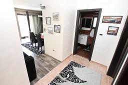 Гостиная. Боко-Которская бухта, Черногория, Муо : Современный апартамент для 4-6 человек, с 2-мя отдельными спальнями, с балконом с видом на море, 20 метров до пляжа