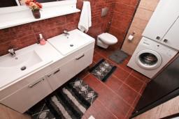 Ванная комната. Боко-Которская бухта, Черногория, Муо : Современный апартамент для 4-6 человек, с 2-мя отдельными спальнями, с балконом с видом на море, 20 метров до пляжа