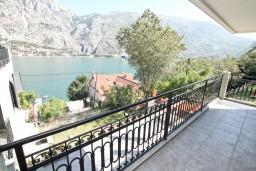 Балкон. Боко-Которская бухта, Черногория, Муо : Современный апартамент для 4-6 человек, с 2-мя отдельными спальнями, с балконом с видом на море, 20 метров до пляжа