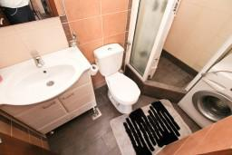 Ванная комната. Боко-Которская бухта, Черногория, Муо : Современная студия для 2-3 человек, 20 метров до пляжа