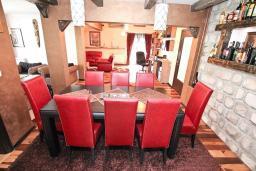 Гостиная. Боко-Которская бухта, Черногория, Муо : Большой, современный апартамент для 8-10 человек, с 4-мя отдельными спальнями, с огромной гостиной, с 2-мя ванными комнатами (джакузи и душевая кабинка), с балконом и террасой с шикарным видом на море, 20 метров до пляжа