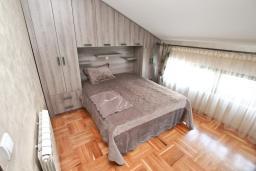 Спальня. Боко-Которская бухта, Черногория, Муо : Большой, современный апартамент для 8-10 человек, с 4-мя отдельными спальнями, с огромной гостиной, с 2-мя ванными комнатами (джакузи и душевая кабинка), с балконом и террасой с шикарным видом на море, 20 метров до пляжа