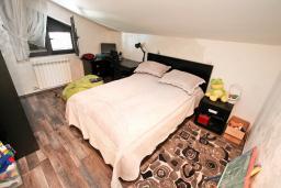 Спальня 2. Боко-Которская бухта, Черногория, Муо : Большой, современный апартамент для 8-10 человек, с 4-мя отдельными спальнями, с огромной гостиной, с 2-мя ванными комнатами (джакузи и душевая кабинка), с балконом и террасой с шикарным видом на море, 20 метров до пляжа