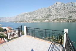 Терраса. Боко-Которская бухта, Черногория, Муо : Большой, современный апартамент для 8-10 человек, с 4-мя отдельными спальнями, с огромной гостиной, с 2-мя ванными комнатами (джакузи и душевая кабинка), с балконом и террасой с шикарным видом на море, 20 метров до пляжа