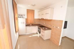 Кухня. Боко-Которская бухта, Черногория, Кавач : Апартамент для 4-6 человек, с 2-мя отдельными спальнями, с просторной гостиной, с 2-мя балконами