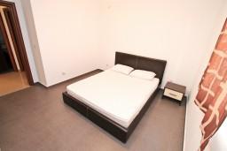 Спальня. Боко-Которская бухта, Черногория, Кавач : Апартамент для 4-6 человек, с 2-мя отдельными спальнями, с просторной гостиной, с 2-мя балконами