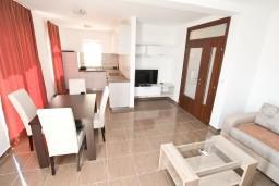 Гостиная. Боко-Которская бухта, Черногория, Кавач : Апартамент для 4-6 человек, с 2-мя отдельными спальнями, с просторной гостиной, с террасой