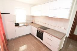 Кухня. Боко-Которская бухта, Черногория, Кавач : Апартамент для 4-6 человек, с 2-мя отдельными спальнями, с просторной гостиной, с террасой