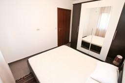 Спальня. Боко-Которская бухта, Черногория, Кавач : Апартамент для 4-6 человек, с 2-мя отдельными спальнями, с просторной гостиной, с террасой