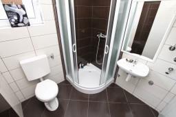 Ванная комната. Боко-Которская бухта, Черногория, Кавач : Апартамент для 4-6 человек, с 2-мя отдельными спальнями, с просторной гостиной, с террасой