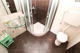 Ванная комната. Боко-Которская бухта, Черногория, Кавач : Апартамент для 4-6 человек, с 2-мя отдельными спальнями, с просторной гостиной, с 2-мя балконами