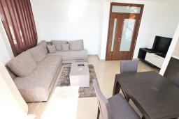 Гостиная. Боко-Которская бухта, Черногория, Кавач : Апартамент для 4-6 человек, с 2-мя отдельными спальнями, с просторной гостиной, с 2-мя балконами