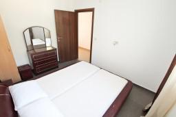 Спальня 2. Боко-Которская бухта, Черногория, Кавач : Апартамент для 4-6 человек, с 2-мя отдельными спальнями, с просторной гостиной, с 2-мя балконами