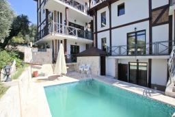 Фасад дома. Бечичи, Черногория, Бечичи : Большой 3-х этажный дом в Бечичи (Борети), площадью 300м2 с 4-мя отдельными спальнями, с большой гостиной-столовой, с 2-мя ванными комнатами, с 4-мя балконами с видом на море, с бассейном, с сауной, с местом для барбекю, с гаражом