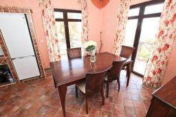 Кухня. Бечичи, Черногория, Бечичи : Большой 3-х этажный дом в Бечичи (Борети), площадью 300м2 с 4-мя отдельными спальнями, с большой гостиной-столовой, с 2-мя ванными комнатами, с 4-мя балконами с видом на море, с бассейном, с сауной, с местом для барбекю, с гаражом