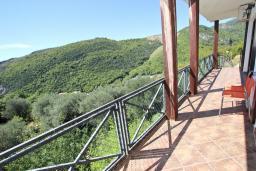 Балкон. Бечичи, Черногория, Бечичи : Большой 3-х этажный дом в Бечичи (Борети), площадью 300м2 с 4-мя отдельными спальнями, с большой гостиной-столовой, с 2-мя ванными комнатами, с 4-мя балконами с видом на море, с бассейном, с сауной, с местом для барбекю, с гаражом