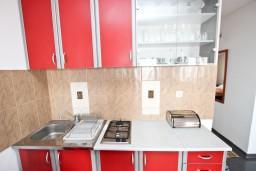 Кухня. Будванская ривьера, Черногория, Святой Стефан : Апартамент с отдельной спальней, с балконом с видом на море
