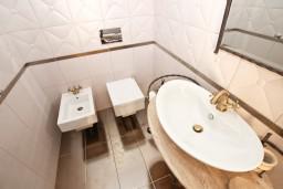 Туалет. Бечичи, Черногория, Бечичи : Роскошная 3-х этажная вилла, в Бечичи (Чучучи), площадью 220м2, с большой гостиной и кухней, с 3-мя отдельными спальнями, с 3-мя ванными комнатами, с бассейном, с большой террасой и 3-мя балконами с видом на море, с местом для барбекю.