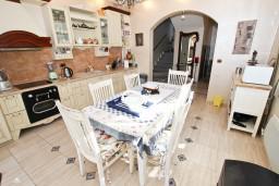 Кухня. Бечичи, Черногория, Бечичи : Роскошная 3-х этажная вилла, в Бечичи (Чучучи), площадью 220м2, с большой гостиной и кухней, с 3-мя отдельными спальнями, с 3-мя ванными комнатами, с бассейном, с большой террасой и 3-мя балконами с видом на море, с местом для барбекю.
