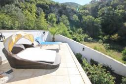 Территория. Бечичи, Черногория, Бечичи : Роскошная 3-х этажная вилла, в Бечичи (Чучучи), площадью 220м2, с большой гостиной и кухней, с 3-мя отдельными спальнями, с 3-мя ванными комнатами, с бассейном, с большой террасой и 3-мя балконами с видом на море, с местом для барбекю.