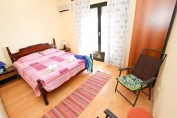 Спальня. Будванская ривьера, Черногория, Будва : Комната для 2-4 человек, с балконом с шикарным видом на море