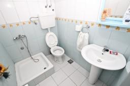 Ванная комната. Будванская ривьера, Черногория, Будва : Комната для 2-4 человек, с балконом с шикарным видом на море