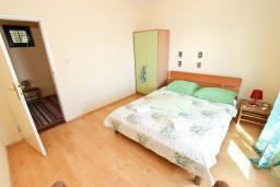Спальня. Будванская ривьера, Черногория, Будва : Апартамент для 8 человек, с 4-мя отдельными спальнями, с 3-мя ванными комнатами, с террасой и балконом с шикарным видом на море