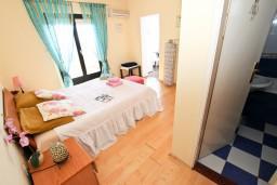 Спальня 2. Будванская ривьера, Черногория, Будва : Апартамент для 8 человек, с 4-мя отдельными спальнями, с 3-мя ванными комнатами, с террасой и балконом с шикарным видом на море