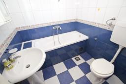 Ванная комната. Будванская ривьера, Черногория, Будва : Апартамент для 8 человек, с 4-мя отдельными спальнями, с 3-мя ванными комнатами, с террасой и балконом с шикарным видом на море