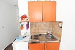 Кухня. Будванская ривьера, Черногория, Будва : Апартамент для 8 человек, с 4-мя отдельными спальнями, с 3-мя ванными комнатами, с террасой и балконом с шикарным видом на море