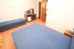 Спальня. Будванская ривьера, Черногория, Будва : Комната для 3 человек, с балконом