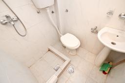 Ванная комната. Бечичи, Черногория, Бечичи : Студия для 2 человек, с балконом