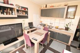 Гостиная. Будванская ривьера, Черногория, Будва : Апартамент с гостиной и отдельной спальней в 200 метрах от моря