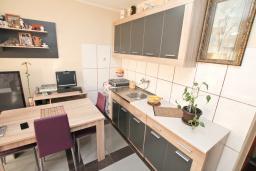 Кухня. Будванская ривьера, Черногория, Будва : Апартамент с гостиной и отдельной спальней в 200 метрах от моря