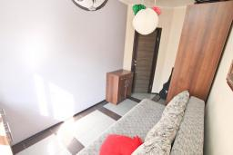 Спальня. Будванская ривьера, Черногория, Будва : Апартамент с гостиной и отдельной спальней в 200 метрах от моря