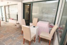 Терраса. Будванская ривьера, Черногория, Будва : Апартамент с гостиной и отдельной спальней в 200 метрах от моря