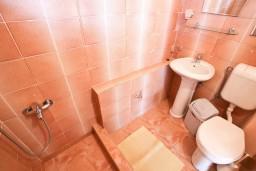Ванная комната. Будванская ривьера, Черногория, Петровац : Комната для 2 человек, с балконом