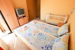 Спальня. Будванская ривьера, Черногория, Петровац : Апартамент для 4 человек, с 2-мя отдельными спальнями, с балконом с видом на море