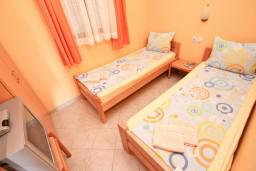 Спальня 2. Будванская ривьера, Черногория, Петровац : Апартамент для 4 человек, с 2-мя отдельными спальнями, с балконом с видом на море