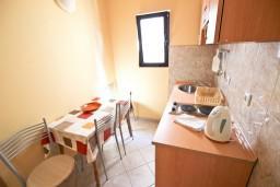 Кухня. Будванская ривьера, Черногория, Петровац : Апартамент для 4 человек, с 2-мя отдельными спальнями, с балконом с видом на море