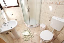 Ванная комната. Будванская ривьера, Черногория, Петровац : Апартамент для 4 человек, с 2-мя отдельными спальнями, с балконом с видом на море