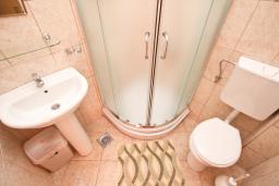Ванная комната. Будванская ривьера, Черногория, Петровац : Студия с балконом с видом на море