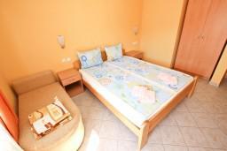 Спальня. Будванская ривьера, Черногория, Петровац : Апартамент для 4-5 человек, с 2-мя отдельными спальнями, с 2-мя балконами с видом на море