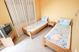 Спальня 2. Будванская ривьера, Черногория, Петровац : Апартамент для 4-5 человек, с 2-мя отдельными спальнями, с 2-мя балконами с видом на море