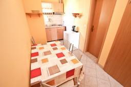 Кухня. Будванская ривьера, Черногория, Петровац : Апартамент для 4-5 человек, с 2-мя отдельными спальнями, с 2-мя балконами с видом на море