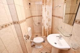 Ванная комната. Будванская ривьера, Черногория, Петровац : Апартамент для 4-5 человек, с 2-мя отдельными спальнями, с 2-мя балконами с видом на море