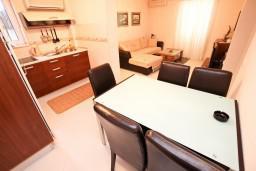 Гостиная. Будванская ривьера, Черногория, Петровац : Апартамент для 4-5 человек, с 2-мя отдельными спальнями, 30 метров до моря