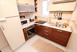 Кухня. Будванская ривьера, Черногория, Петровац : Апартамент для 4-5 человек, с 2-мя отдельными спальнями, 30 метров до моря